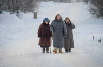 (FILES) In this file photo taken on January 23, 2018, three elderly women walk on a snowy street in Suzdal, Russia on January 23, 2018. - Women tend to outlive men and stay mentally sharp longer, and a new study out Monday, February 5, 2019 could explain why: female brains appear on average about three years younger. The study enrolled 121 women and 84 men, who underwent PET scans to measure brain metabolism, or the flow of oxygen and glucose in their brains. Like other organs in the body, the brain uses sugar as fuel. But just how it metabolizes glucose can reveal a lot about the brain's metabolic age. (Photo by Mladen ANTONOV / AFP)