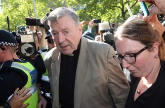 Australian Catholic Cardinal George Pell (C) makes his way to the court in Melbourne on February 27, 2019. - Cardinal George Pell arrived in court, possibly for the last time as a free man, in a last-ditch push to apply for bail after his historic conviction for child sex crimes. (Photo by Con CHRONIS / AFP)