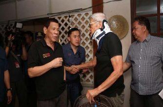 President Rodrigo Duterte speaks to former Cagayan de Oro Mayor Reuben Canoy, whose wife Solona passed awat on Feb. 3./Bong Go/
