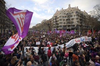 Los participantes de la manifestacion convocada en Barcelona en el Dia de la Mujer el ano pasado pasan por la  Demonstrators march past Spanish architect Antonio Gaudi's Casa Mila 'La Pedrera' Casa Mila de Antonio Gaudi. / Lluis Gene/ AFP/