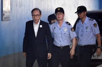 Former South Korean president Lee Myung-bak (L) arrives at a court to attend his trial in Seoul on September 6, 2018. - Prosecutors demanded 20 years in prison for former South Korean president Lee Myung-bak for corruption,  the last of the country's four living ex-leaders to be embroiled in a criminal inquiry. (Photo by Jung Yeon-je / AFP)