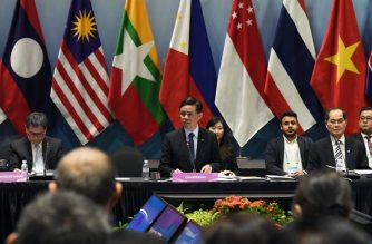 Singapore's Trade and Industry Minister Chan Chun Sing (C) speaks during 17th ASEAN Economic Community Council Meeting on the sidelines of the 33rd Association of Southeast Asian Nations (ASEAN) summit in Singapore on November 12, 2018. (Photo by Roslan RAHMAN / AFP)