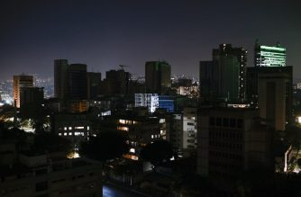 View in Caracas on March 10, 2019, during the third day of a massive power outage which has left the capital and much of the country without communications, water and electricity. - The unprecedented power outage already left 15 patients dead and threatens to extend indefinitely, increasing distress for the severe political and economic crisis hitting the oil-rich South American nation. (Photo by Matias DELACROIX / AFP)