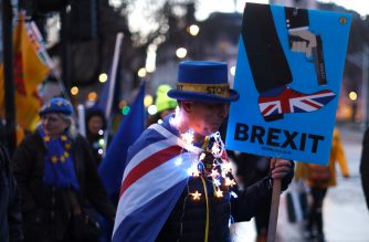 Anti-Brexit protestors stand outside the Houses of Parliament in London on March 12, 2019, ahead of the second meaningful vote on the government's Brexit deal. - Prime Minister Theresa May's Brexit deal faced a likely defeat in an historic parliamentary vote Tuesday that risked pitching Britain into the unknown just 17 days before its scheduled split from the European Union. (Photo by Tolga AKMEN / AFP)