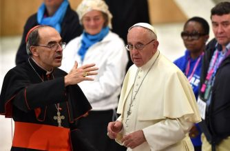 (FILES) In this file photo taken on November 11, 2016 Pope Francis (R) listens to French Cardinal Philippe Barbarin during an audience with homeless and socially excluded people in the Paul VI hall at the Vatican. - French Cardinal Philippe Barbarin, who received a six-month suspended jail sentence for failing to report sex abuse by a priest under his responsibility, will meet Pope Francis at the Vatican on March 18, 2019 officials in his Lyon diocese said. Barbarin, the most senior French cleric caught up in the global paedophilia scandal that has rocked the Catholic Church, had said that he would travel to Rome to tender his resignation to the pope. (Photo by ALBERTO PIZZOLI / AFP)