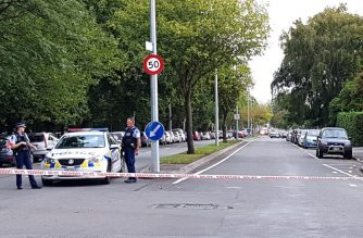 Police corden off the areas close to the mosque after a gunman filmed himself firing at worshippers inside in Christchurch on March 15, 2019. - A gunman opened fire inside the Masjid al Noor mosque during afternoon prayers, causing multiple fatalities. (Photo by Flynn FOLEY / AFP)