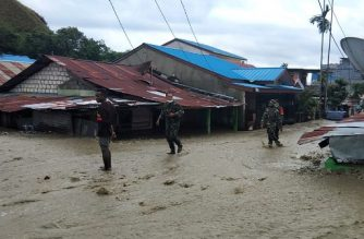 "This handout picture taken and released by Indonesia Military on March 18, 2019 shows soldiers looking for survivors in a flooded area in Sentani. - Flash floods in Indonesia's eastern Papua province have killed at least 77 people, the disaster agency said on March 18 as it raised the death toll from 58. (Photo by Handout / INDONESIA MILITARY / AFP) / RESTRICTED TO EDITORIAL USE - MANDATORY CREDIT ""AFP PHOTO / INDONESIA MILITARY"" - NO MARKETING NO ADVERTISING CAMPAIGNS - DISTRIBUTED AS A SERVICE TO CLIENTS"