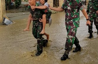 "This handout picture taken and released by Indonesia's Military on March 19, 2019 shows soldiers helping residents to evacuate after the flash floods in Sentani. - The death toll from flash floods and landslides that tore through Indonesia's Papua region has topped 100 with dozens more still missing, the disaster agency said on March 20. (Photo by Handout / INDONESIA MILITARY / AFP) / RESTRICTED TO EDITORIAL USE - MANDATORY CREDIT ""AFP PHOTO /  INDONESIA MILITARY"" - NO MARKETING NO ADVERTISING CAMPAIGNS - DISTRIBUTED AS A SERVICE TO CLIENTS"