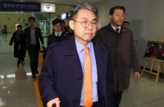 Kim Chang-su (C), deputy head of the inter-Korean liaison office, and other South Korean officials leave for North Korea's border town of Kaesong at the inter-Korean transit office in Paju on March 25, 2019. - North Korea has returned its staff to an inter-Korean liaison office, Seoul said on March 25, just days after unilaterally withdrawing from the joint facility. (Photo by - / YONHAP / AFP) / - South Korea OUT / REPUBLIC OF KOREA OUT  NO ARCHIVES  RESTRICTED TO SUBSCRIPTION USE