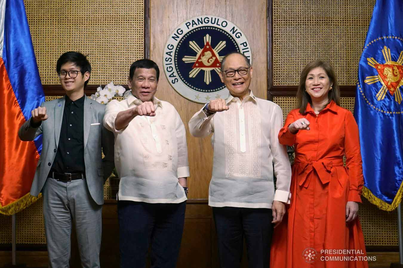 """News in photo:  New BSP governor Diokno and family strike """"Duterte pose"""" with President"""