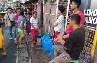 People lining up for water has become an everyday scene after Manila Water Company implemented severe water interruptions since last week.  (Eagle News Service)