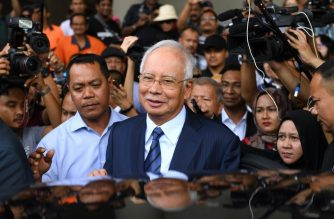 Former Malaysia's prime minister Najib Razak (C) leaves the courthouse in Kuala Lumpur on December 12, 2018 after being charged in court. - Malaysian ex-leader Najib Razak and Arul Kanda, the former 1MDB head were charged on December 12 with altering an audit of the state fund at the centre of a scandal which helped topple the last government. (Photo by MOHD RASFAN / AFP)