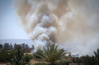 Heavy smoke rises above buildings during clashes between the internationally-recognised Government of National Accord (GNA) and forces loyal to strongman Khalifa Haftar, in Espiaa, about 40 kilometres (25 miles) south of the Libyan capital Tripoli on April 29, 2019. - Fierce fighting for control of Libya's capital that has already displaced tens of thousands of people threatens to bring a further worsening of humanitarian conditions, a senior UN official has warned. (Photo by FADEL SENNA / AFP)