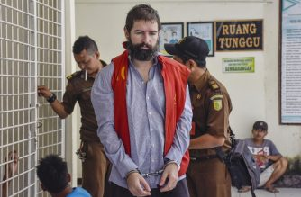 French national Felix Dorfin (C) is escorted prior to his appearance in court in Mataram, West Nusa Tenggara on the island of Lombok on April 29, 2019. - Prosecutors have accused Felix Dorfin of trafficking four kilogrammes (8.8 pounds) of cocaine, ecstasy and amphetamines. (Photo by ARSYAD ALI / AFP)