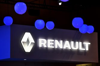 (FILES) In this file photo taken on October 28, 2015 the logo of Renault is displayed at the Tokyo Motor Show. - French carmaker Renault is in talks with Fiat Chrysler Automobiles with the long-term prize a world-leading alliance including Japan's Nissan and Mitsubishi, reports say on May 26, 2019. (Photo by Kazuhiro NOGI / AFP)