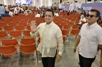Lito Lapid wore a white barong./Meanne Corvera/Eagle News/