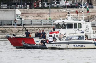 South Korean and Hungarian teams continue the search for the missing boat passengers on June 5, 2019 following a boat accident on the Danube river in Budapest. - Hungarian police confirmed the discovery of two more victims of a sightseeing boat's collision with a river cruise ship in Budapest last week raising the toll to nine tourists killed. Only seven of the 35 people on board have survived so far, leaving 19 still missing with the prospect of finding any more passengers alive seen as very slim. (Photo by FERENC ISZA / AFP)