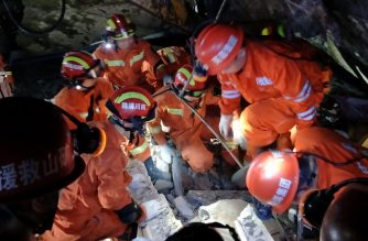 Rescuers search for earthquake survivors in the rubble of a building in Yibin, in China's southwest Sichuan province early on June 18, 2019. - The toll from a strong 6.0-magnitude earthquake in southwest China rose to 11 dead and 122 injured, as rescuers pulled survivors from wrecked buildings. (Photo by STR / AFP) / China OUT