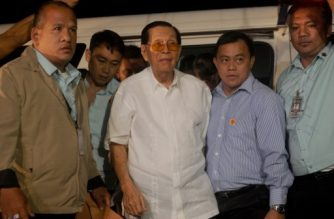 (File photo) Former Senator Juan Ponce Enrile  (C), formerly a defence minister and once one of the Philippines' most powerful men, arrives at a special anti-graft court to file bail in suburban Manila on August 20, 2015, allowing him to walk out from detention despite being arrested over a massive graft scandal involving 'pork barrel' funds allocated to legislators.   AFP PHOTO / Jay DIRECTO (Photo by JAY DIRECTO / AFP)