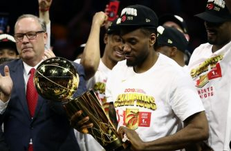 OAKLAND, CALIFORNIA - JUNE 13: Kawhi Leonard #2 of the Toronto Raptors celebrates with the Larry O'Brien Championship Trophy after his team defeated the Golden State Warriors to win Game Six of the 2019 NBA Finals at ORACLE Arena on June 13, 2019 in Oakland, California. NOTE TO USER: User expressly acknowledges and agrees that, by downloading and or using this photograph, User is consenting to the terms and conditions of the Getty Images License Agreement.   Ezra Shaw/Getty Images/AFP