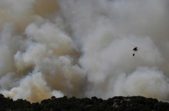 A helicopter drops water over a wildfire in the outskirts of Cenicientos in central Spain on June 29, 2019. - Spain was hit by more wildfires as temperatures remained sky-high in the Europe-wide heatwave, authorities said, just as firefighters finally managed to contain another blaze they had been tackling for nearly 72 hours. (Photo by PIERRE-PHILIPPE MARCOU / AFP)