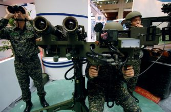 Three Taiwanese soldiers demonstrate a US-made dual mounted stinger missiles during the aerospace and defense technology exhibition at the World Trade Center in Taipei, 15 August 2007.  Some 602 booths from sixty-three companies are present at the four-day exhibition starting from 16 August 2007.   AFP PHOTO/Sam YEH (Photo by SAM YEH / AFP)