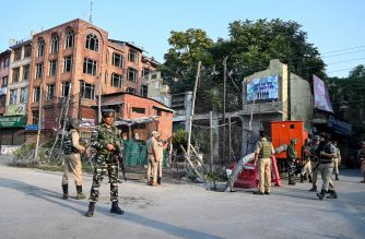 """In this photo taken on August 5, 2019, Indian paramilitary troopers patrols during a curfew in Srinagar. - India's home affairs minister on August 6 hailed """"historic"""" legislation to bring Kashmir under its direct control, as New Delhi stepped up its clampdown on dissent in the restive Muslim-majority region. (Photo by TAUSEEF MUSTAFA / AFP)"""