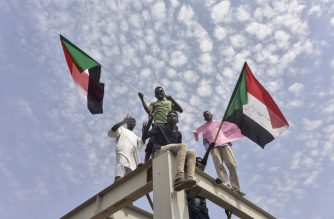 Sudanese protesters from the city of Atbara arrive at the Bahari station in Khartoum on August 17, 2019, to celebrate transition to civilian rule. - Sudan was poised to celebrate a historic deal between generals and protest leaders for a transition to civilian rule, which many hope will bring increased freedom and prosperity. (Photo by Ahmed Mustafa / AFP)