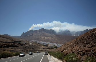 """Smoke billows from a fire raging in Agaete in the Natural Park of Tamadaba on the island of Gran Canaria on August 20, 2019. - A fire raged out of control on the Spanish holiday island of Gran Canaria, forcing evacuations as flames rose so high even water-dropping planes could not operate in what was dubbed an """"environmental tragedy"""". (Photo by DESIREE MARTIN / AFP)"""