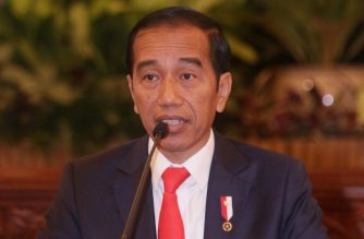 Indonesian President Joko Widodo speaks to journalists during a press conference about the new capital, at the presidential palace in Jakarta on August 26, 2019. - Indonesia has chosen the eastern edge of jungle-clad Borneo island for its new capital, President Joko Widodo said Monday, as the country looks to shift its political heart away from congested megalopolis Jakarta. (Photo by GAGAH ADHAPUTRA / AFP)