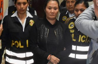 """Handout picture released by the Peruvian Judiciary of opposition leader Keiko Fujimori, daughter of incarcerated former (1990-2000) Peruvian President Alberto Fujimori, being conducted handcuffed to the jail in the Palace of Government, after a court hearing in Lima on October 31, 2018. - Peru's powerful opposition leader Keiko Fujimori was taken into custody on Wednesday after a court ordered she be held in preventive detention for three years pending the outcome of a corruption probe. (Photo by Poder Judicial / Peruvian Judiciary / AFP) / BEST QUALITY AVAILABLE / RESTRICTED TO EDITORIAL USE - MANDATORY CREDIT """"AFP PHOTO / Peruvian Judiciary"""" - NO MARKETING NO ADVERTISING CAMPAIGNS - DISTRIBUTED AS A SERVICE TO CLIENTS"""