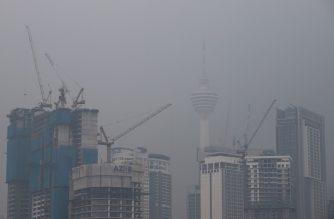 Malaysia's capital skyline with landmark Kuala Lumpur Tower (C right) is blanketed by haze in Kuala Lumpur on September 18, 2019. - Toxic haze from Indonesian forest fires closed thousands of schools across the country and in neighbouring Malaysia on September 18, while air quality worsened in Singapore just days before the city's Formula One motor race. (Photo by SADIQ ASYRAF / AFP)