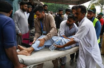 Pakistani paramedics shift an injured following a quake of 4.7 magnitude, in Mirpur in Pakistan-controlled Kashmir on September 26, 2019. - A shallow tremor sent terrified people running into the streets in northeastern Pakistan on September 26, days after a powerful quake killed 38 people in the same area and destroyed infrastructure and roads. (Photo by AAMIR QURESHI / AFP)
