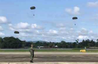Indonesian paratroopers participate in a military drill at the Sentani airport in Papua on September 4, 2019. (Photo by AMAN HASIBUAN / AFP)