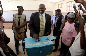 Mokgweetsi Masisi, the president of Botswana and the leader of the Botswana Democratic Party (BDP) casting his ballot at the Mosielele Primary School polling station in his home village, Moshupa, on October 23, 2019. - The general election happens in Botswana on October 23, 2019. (Photo by Monirul Bhuiyan / AFP)