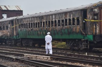 EDITORS NOTE: Graphic content / A man looks at the burnt-out train carriages a day after a passenger train caught on fire in Rahim Yar Khan on November 1, 2019. - Funerals began at dawn in Pakistan on November 1 after a devastating fire ripped through a crowded train carrying religious pilgrims, killing at least 74, with many of the victims resident of one southern town. (Photo by Arif ALI / AFP)
