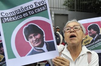 People demonstrate in support of Bolivian ex-President Evo Morales in front of the Bolivian embassy in Mexico City, on November 11, 2019. - Mexico said Monday it has granted asylum to Bolivia's Evo Morales, after the leftist president's departure left the South American nation reeling amid a power vacuum. (Photo by CLAUDIO CRUZ / AFP)