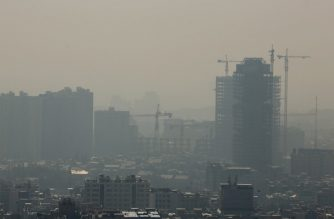 A general view taken from Western Tehran shows a blanket of brown-white smog covering the city as heavy pollution hit the Iranian capital on November 13, 2019. - Schools in Tehran were ordered to be closed today after the Iranian capital was cloaked in dangerously high levels of air pollution, authorities said. Governor Anoushiravan Mohseni-Bandpey said kindergartens, preschools and primary schools would be shut in the city and the counties of Gharchak, Pishva and Varamin. (Photo by ATTA KENARE / AFP)