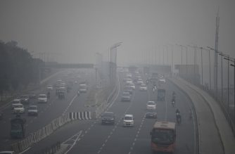 Commuters drive along a motorway under heavy smog conditions in New Delhi on November 14, 2019. (Photo by Sajjad HUSSAIN / AFP)