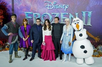 "US actor Josh Gad (3rd L), US actor Idina Menzel (C) and US actor Jonathan Groff (3rd R) pose with people dressed as characters from the film on the red carpet as they arrive to attend the European premiere of the film ""Frozen 2"" in London on November 17, 2019. (Photo by Niklas HALLE'N / AFP)"