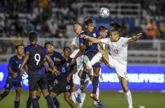 Manuel Aguinaldo (R) of the Philippines heads the ball against Cambodia's players during their first round Group A football match at the 2019 SEA Games (Southeast Asian Games) in Manila on November 25, 2019. (Photo by Ted ALJIBE / AFP)