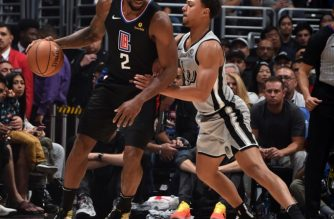 LOS ANGELES, CA - OCTOBER 31: Kawhi Leonard #2 of the LA Clippers handles the ball against the San Antonio Spurs on October 31, 2019 at STAPLES Center in Los Angeles, California. NOTE TO USER: User expressly acknowledges and agrees that, by downloading and/or using this Photograph, user is consenting to the terms and conditions of the Getty Images License Agreement. Mandatory Copyright Notice: Copyright 2019 NBAE   Adam Pantozzi/NBAE via Getty Images/AFP