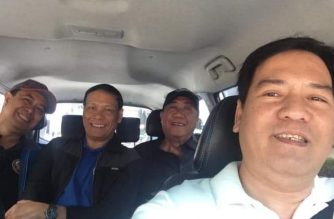 Grab driver Sherwin Balolong poses with Transportation Secretary Art Tugade and his companions while inside his vehicle. /Sherwin Balolong FB/