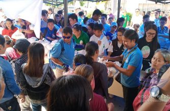 """The Iglesia Ni Cristo (Church Of Christ) starts its """"Lingap sa Mamamayan"""" activities in the areas affected by the successive quakes in Mindanao. In this photo, INC members and volunteers start distributing goodwill bags on Saturday, Nov. 2, to those affected by the quake in Magsaysay town in Davao del Sur, one of the areas in Mindanao severely affected by the successive quakes (Photo by Mark Terante, Eagle News Service)"""