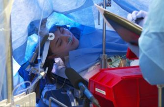 In this October 29, 2019, still image taken from a video courtesy of Methodist Dallas Medical Center in Dallas, Texas, Jenna Schardt, 25, remains conscious while neurosurgeons perform brain surgery. (AFP photo)