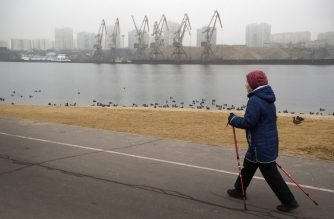 A woman walks along the Channel of Moscow in Moscow on December 26, 2019. - Winters in Moscow usually look like something out of a picture book: the Russian capital is covered in snow, people go skiing, and temperatures are well below freezing. For the past two weeks, temperatures in Moscow have easily topped 7degrees Celsius, compared to the normal average for December of around minus 6C. (Photo by Alexander NEMENOV / AFP)