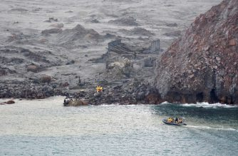 This handout photo taken and released on December 13, 2019 by the New Zealand Defense Force shows elite soldiers taking part in a mission to retrieve bodies from White Island after the December 9 volcanic eruption, off the coast from Whakatane on the North Island. (Photo by Handout / NEW ZEALAND DEFENSE FORCE / AFP)