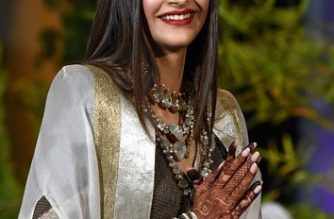 Indian Bollywood actress Sonam Kapoor gestures after her traditional marriage ceremony with businessman Anand Ahuja in Mumbai late on May 8, 2018. (Photo by Sujit Jaiswal / AFP)