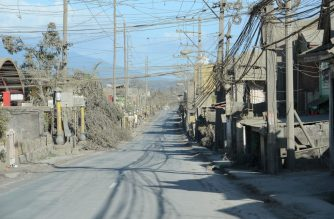 """A deserted highway is seen in Talisay, Batangas province, south of Manila on January 20, 2020. - Philippine authorities ordered a crackdown January 20 on evacuees' daily visits to homes in the danger zone around Taal volcano, amid a warning it could be """"recharging"""" for a more powerful explosion. (Photo by Ted ALJIBE / AFP)"""