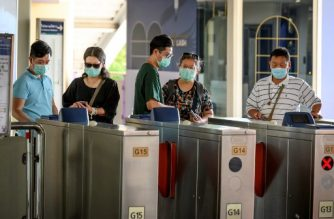 Chinese tourists wearing protective face masks leave the city commuter train station in Bangkok on January 28, 2020. - Thailand has detected 14 cases so far of the novel coronavirus, a virus similar to the SARS pathogen, an outbreak which began in the Chinese city of Wuhan. (Photo by Mladen ANTONOV / AFP)